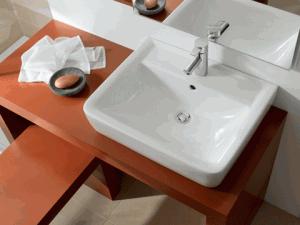 Umywalka na blacie drewnianym