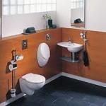 Mały pisuar w niewielkiej łazience