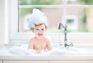 dzieck się kąpie